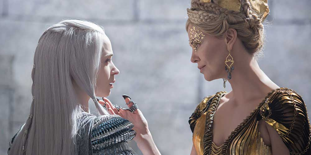 The Huntsman: Winter's War: Freya (Emily Blunt) og dronning Ravenna (Charlize Theron). Foto: Universal Pictures