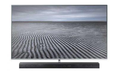 Lydplanken HW-K960 fra Samsung (under TV-en på bildet) skal gi Dolby Atmos-opplevelsen selv i mindre hjemmekinoer. Foto: Samsung.