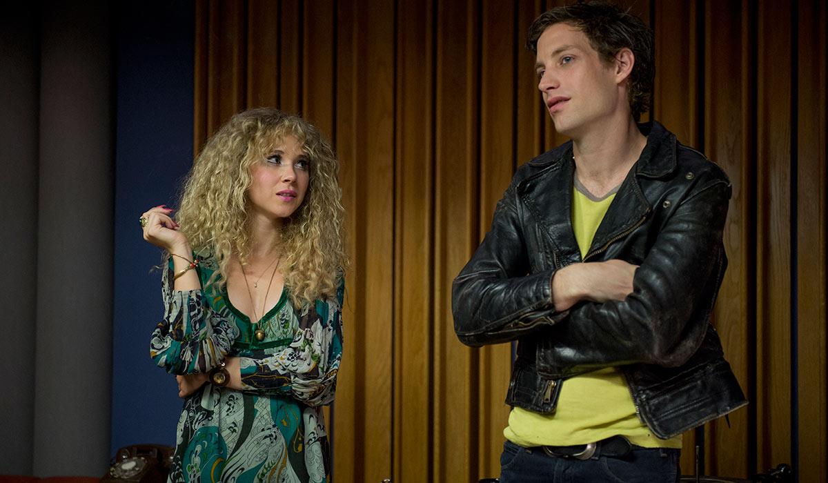 Jamie (Juno Temple) og Kip (James Jagger) i Vinyl. Foto: HBO.