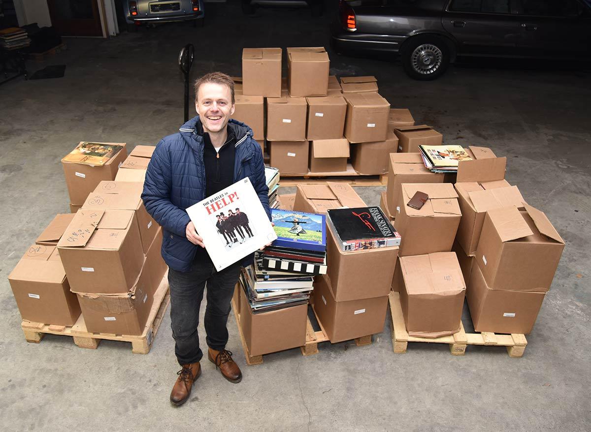 Også artikkelforfatter og VIDEOMAGASINET-redaktør John Berge var så heldig å få gå gjennom den unike samlingen av LaserDisc. «Help!» skal kanskje forstås symbolsk for gærne samlere?! Foto: Bertil Dyrnes, VIDEOMAGASINET ©