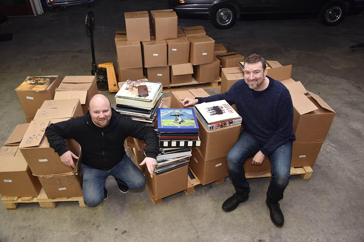 Rolf Einar Hammerås og kameraten Bertil Dyrnes foran «berget» av LaserDisc. Foto: John Berge, VIDEOMAGASINET ©