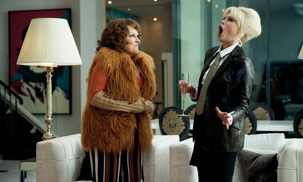 Edina Monsoon (Jennifer Saunders) og Patsy Stone (Joanna Lumley) er tilbake! De populære livsnyterne havner midt i en glohet mediestorm når de får skylden for en ulykke ved et moteshow. Flukten går til den franske rivieraen, der de klekker ut en plan om å bli værende og leve det gode liv for alltid!