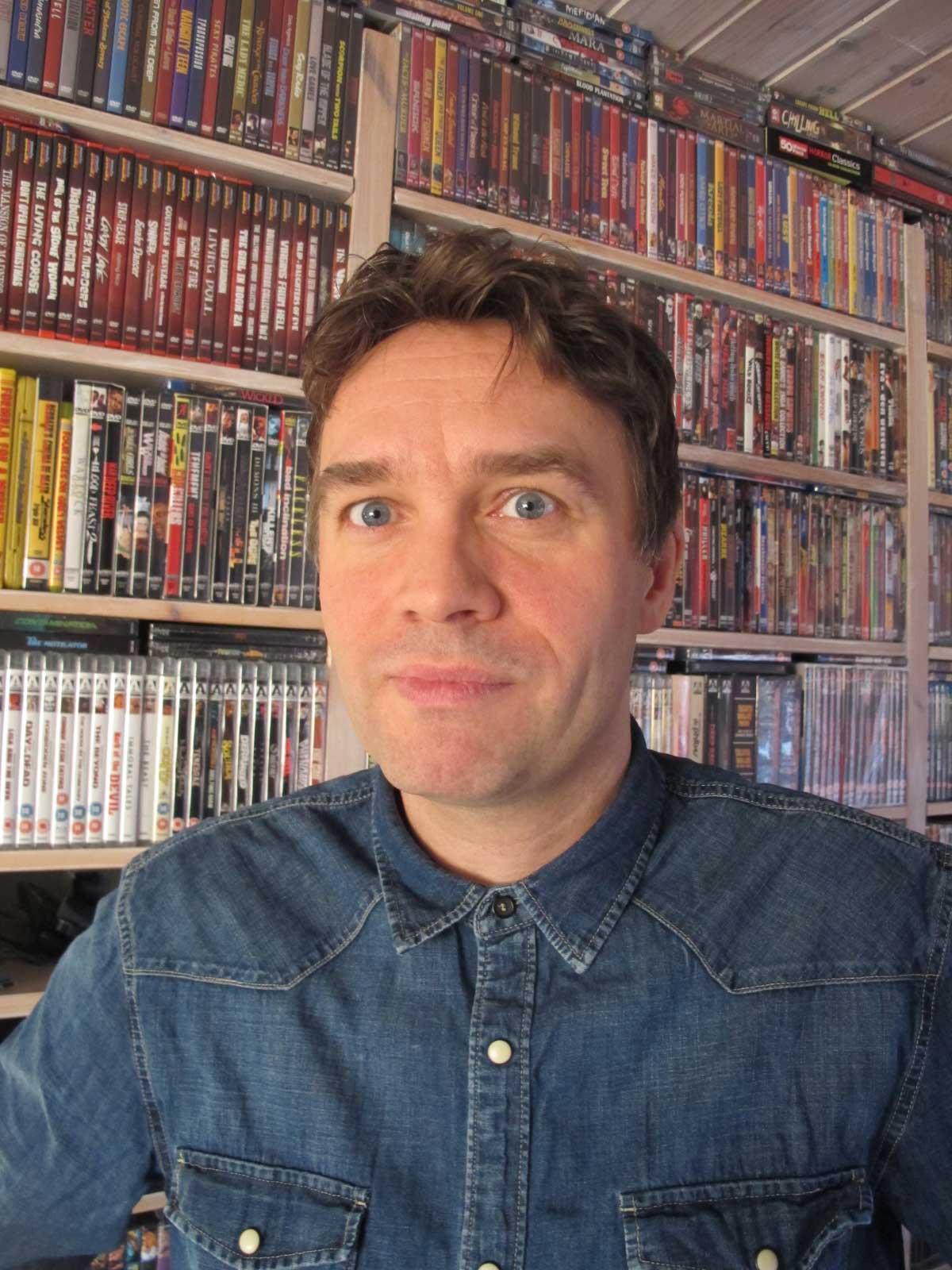 De gærne filmsamlerne har det godt. Martin Hauge har nå snart 6.000 filmer i hyllene, derav ca. 4000 horror og B-filmer. –Moro? Ja. Galskap? Definitivt. Bare spør kona! sier han. Foto: Privat.