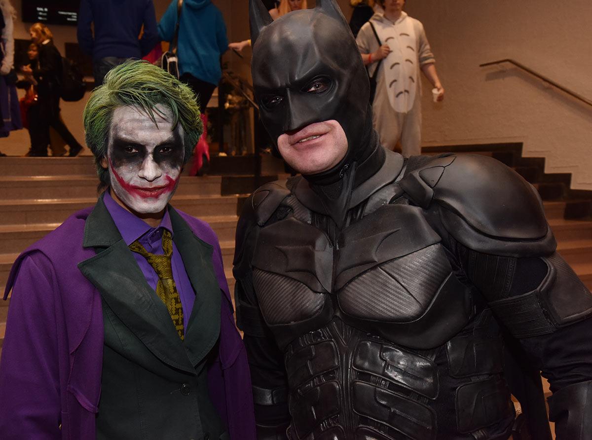 STJERNEMØTE: Sannelig ble det ikke treff mellom Joker (Kachel Safi) og Batman (Øyvind Toft). Foto: John Berge, JB Forlag ©